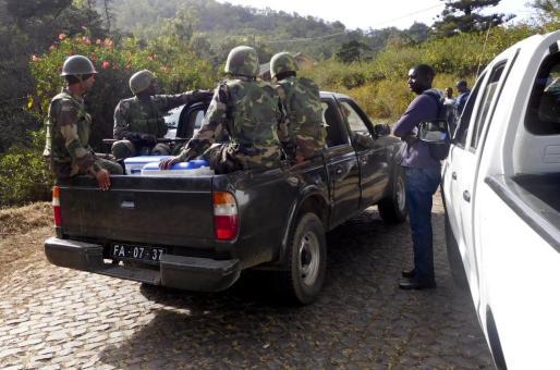 Miltares llegan al lugar donde se encontraron los cuerpos sin vida de 8 soldados y de 3 civiles, cerca a la entrada a las barracas militares Monte Txota, en la isla de Santiago, Ciudad de Praia (Cabo Verde).