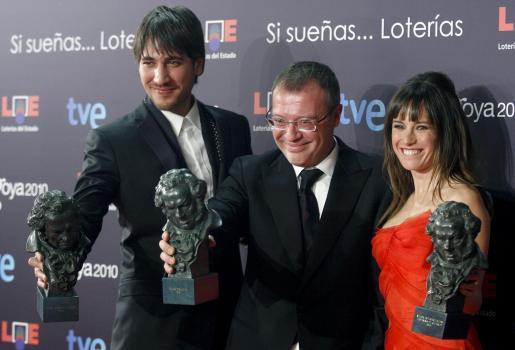 """Daniel Monzón, en el centro, acompado por los actores Alberto Ammann y Marta Etura posan con los galardones recibidos por sus trabajos en la película """"Celda 211""""."""