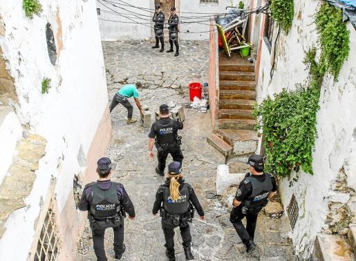 Los agentes de la Policía Nacional y Local de Vila patrullan constantemente por las calles Retir y Alt desde hace 48 horas.