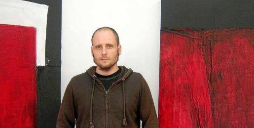 El artista ibicenco Adrián Cardona junto a una de sus obras.