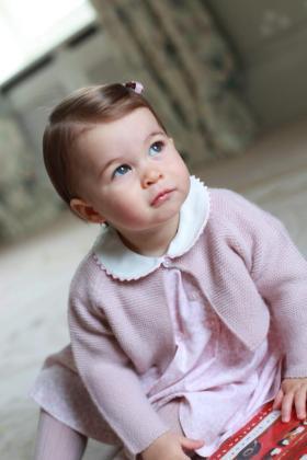 Los duques de Cambridge han difundido fotos de su hija Carlota con motivo de su primer aniversario.