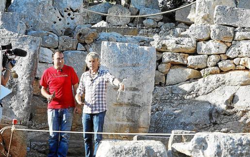 El presentador Jesús Calleja, este martes, en Torre d'en Galmés, con el arqueólogo Ismael Moll, en mitad del rodaje.