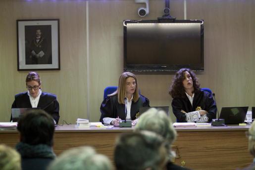Las juezas de la sección primera de la Audiencia de Palma Rocío Martín, Samantha Romero y Eleonor Moyà (i a d), forman el tribunal que juzga el caso Nóos, en el que están acusados la infanta Cristina su marido Iñaki Urdangarin y otros 16 acusados.