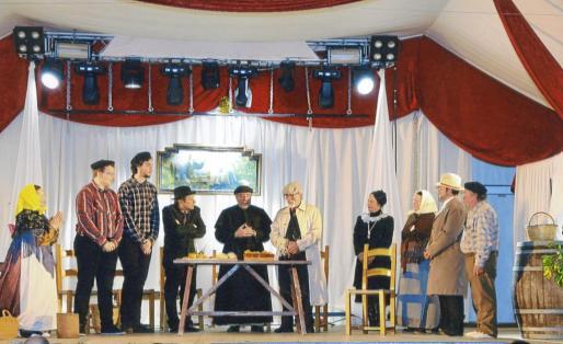 Escena final con todos los actores sobre el escenario en la que se celebra una 'xacota pagesa'.