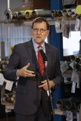 El presidente del Gobierno en funciones, Mariano Rajoy (2-d), durante su intervención este jueves en la visita que ha realizado a la multinacional alemana Witzenmann, a la que ha destacado como un referente mundial en el sector industrial y un ejemplo de seguridad laboral.