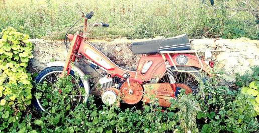 Imagen de una motocicleta abandonada en una finca privada de Formentera.