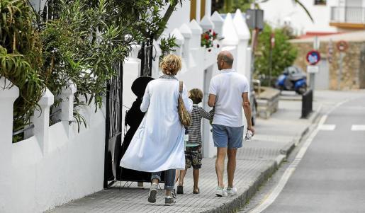 Una familia de turistas extranjeros pasea por las calles de Sant Joan.