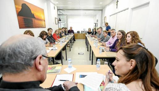 La asistencia a la Mesa contra la Exclusión Social fue multitudinaria. Foto: ARGUIÑE ESCANDÓN