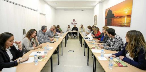 Un instante de la reunión mantenida ayer en Cáritas, donde participaron los cinco ayuntamientos. Foto: A. ESCANDÓN
