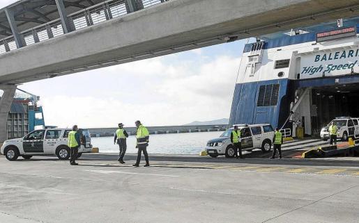 El joven acusado de integrar una banda de narcotraficantes fue capturado al bajar de un ferry procedente de Denia.