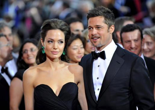 Los actores estadounidenses Brad Pitt y su esposa Angelina Jolie posan sobre la alfombra roja a su llegada, el 22 de febrero de 2009, a la edición 81 de los Premios Óscar de la Academia de Hollywood.