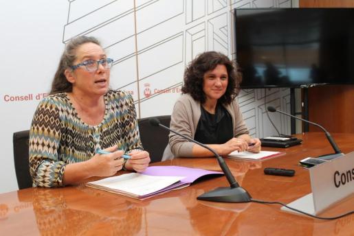 Las coportavoces del Ejecutivo, Viviana de Sans y Pepa Marí, durante la rueda de prensa. Foto: CONSELL D'EIVISSA