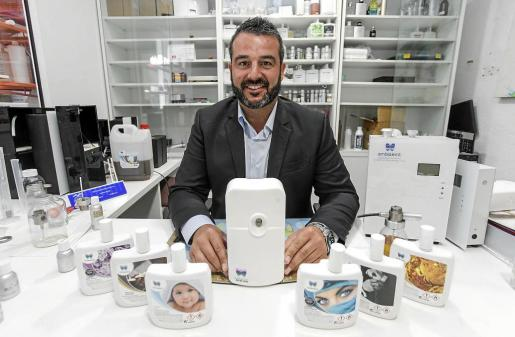 Fernando Castillo, propietario de Ambiseint, posa en su oficina de Eivissa con un muestrario de sus productos.