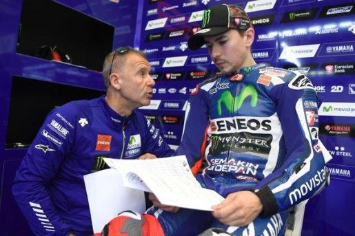 El piloto Jorge Lorenzo estudia los datos de su actuación en el garaje de Yamaha durante los entrenamientos de este viernes.