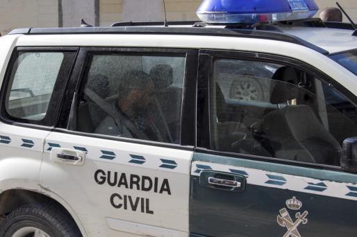 El detenido en el interior de un furgón de la Guardia Civil.