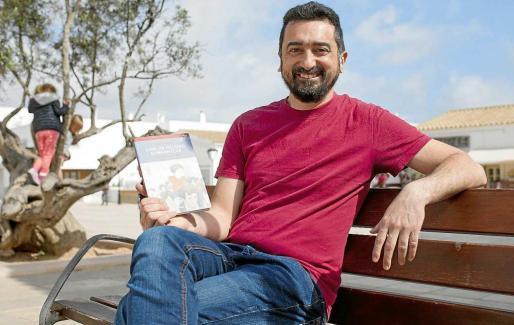 El autor de la novela, el cantautor Feliu Ventura, ayer en Formentera donde presentó su primera novela, 'Com un record d' infantesa'