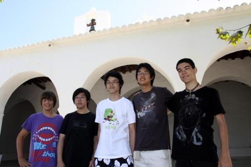 De izquierda a derecha, Xico Ribas,Ying Lun Huang, Zeyu Huang, Linhan Sung e Ivo Dimitrov en la entrada de la iglesia de Sant Carles.