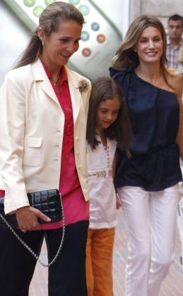 """La Princesa Letizia, la Infanta Elena y su hija, Victoria Federica asisten a la representación del """"Lago de los Cisnes"""" que el Corella Ballet Castilla y León lleva a cabo en el teatro de la Zarzuela, en Madrid."""
