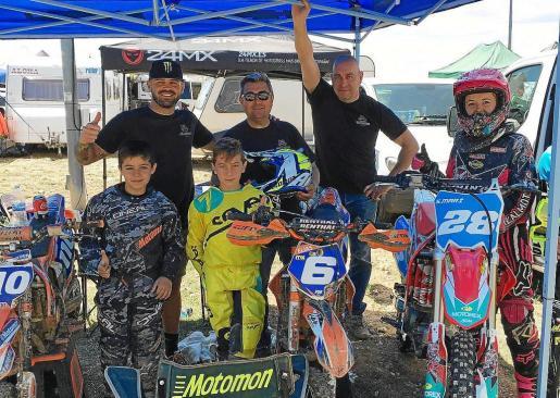 Los tres jóvenes pilotos ibicencos, acompañados del equipo técnico de la Escuela de Motociclismo de Eivissa.