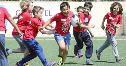 El rugby está siendo uno de los deportes que más está llamando la atención entre los jóvenes escolares de Sant Joan que participan en estas primeras jornadas deportivas del municipio. Foto: ARGUIÑE ESCANDÓN