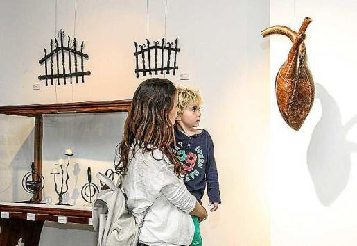 En la muestra del C19 de Vila se pueden ver desde objetos de forja a madera, pasando por vestidos, planos, cuadros y esculturas. Foto: TONI ESCOBAR