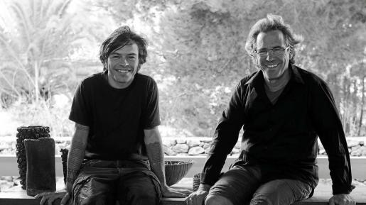 Enric Mayoral, a la derecha, junto a su hijo Roc, en su tienda de Formentera.