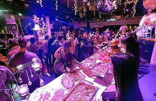 Multitud de personas fueron las que asistieron durante la noche del pasado lunes al 43 cumpleaños de Pacha Ibiza. Foto: DANIEL ESPINOSA