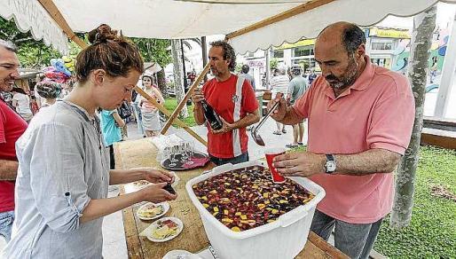 Turistas y residentes disfrutaron de los ágapes preparados. Foto: DANIEL ESPINOSA