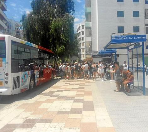 Decenas de usuarios esperan bajo el sol la llegada de su autobús en la parada de la avenida Isidor Macabich de Vila. Foto: P. S. P.