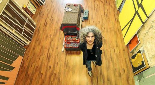 La artista italiana Rosana Casano expone hoy una treintena de obras en la galería Marta Torres. Foto: ARGUIÑE ESCANDÓN