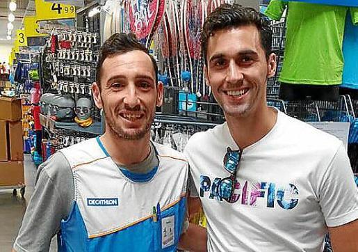 El exjugador del Real Madrid Álvaro Arbeloa, junto al jugador de la Peña Deportiva Ramiro.