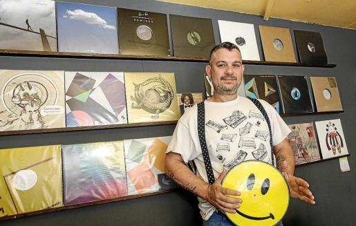 David Sánchez regenta Can Vinilo, un pequeño establecimiento ubicado al principio de la avenida Ignasi Wallis. Foto: DANIEL ESPINOSA