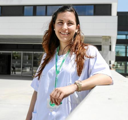 Irene Costa, ante la entrada principal del Hospital Can Misses.