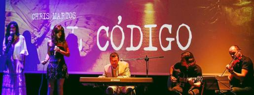 Imagen del escenario de Can Jeroni de Sant Josep durante la presentación de la tercera edición de 'El código', la novela de Chris Martos. Foto: DANIEL ESPINOSA