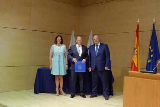 Luis Gómez flanqueado por la secretaria de Estado de Turismo, Isabel Borrego, y por el presidente del ICTE, Miguel Mirones.