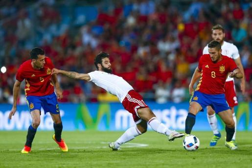 El centrocampista de la selección española, Koke (d), intenta llevarse el balón ante el jugador de Georgia, Okriashvili, durante el encuentro. EFE/Emilio Naranjo
