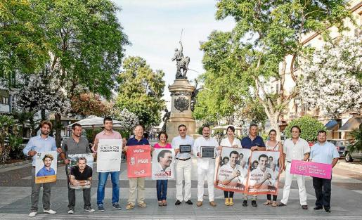 Los candidatos de las Pitiüses con sus carteles electorales ayer tarde en el Passeig de s'Alamera de Vila.