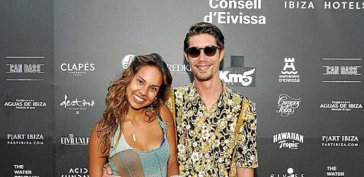 Yasmin Van Breevoort y Sebastian Polanco, posando en el 'photocall' exterior. Foto: T. ESCOBAR