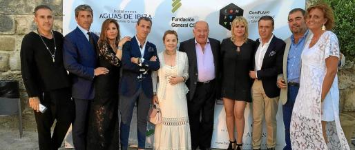 Mari Carmen Gutiérrez, presidenta de la Asociación Elena Torres, junto a su esposo, Alberto Torres, y Marta Díaz, así como los colaboradores del evento benéfico.