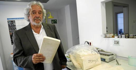 Raúl Izquierdo tiene en su mano parte del último alijo de cocaína que están analizando.