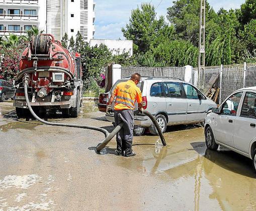 La rotura se produjo a primera hora de la mañana y los técnicos estuvieron trabajando para repararla, además de intervenir los servicios de limpieza.