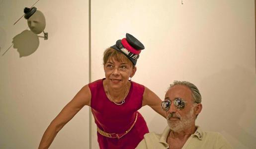 Alberto García-Alix y Susana Loureda posan junto a uno de los diseños de ella