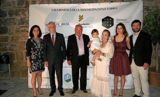 La investigadora de Com Futuro, Priscila Monteiro y Miguel García, junto a la familia Torres Gutiérrez al completo