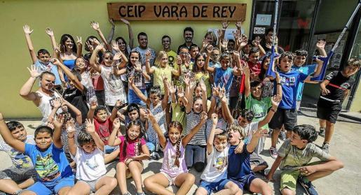 Los alumnos del colegio Vara de Rey se mostraban así de contentos bajo el nuevo cartel con el nombre del centro. Foto: ARGUIÑE ESCANDÓN