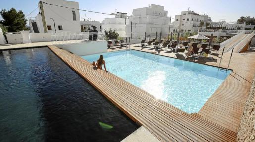 Varios clientes se relajan en la zona exterior de piscinas del nuevo OD Talamanca.
