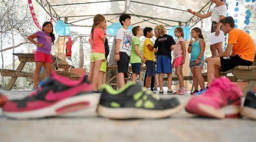 Los niños que participan en el campamento disfrutan de multitud de actividades y juegos durante todo el día. Foto: T. ESCOBAR