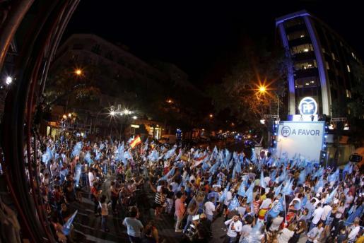 Simpatizantes del Partido Popular junto a la sede del partido en la madrileña calle Génova, tras conocer los resultados electorale.