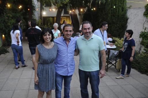 Los candidatos de SI, ayer durante el recuento en Can Alcover.