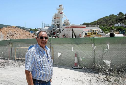 El portavoz de los vecinos, Joan Munar, ayer frente a la planta asfáltica.