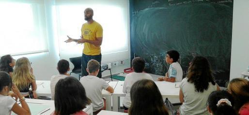 El Chojin en un momento del taller sobre composición de letras de rap que ayer impartió en el Centre de Creació Jove de Eivissa. Foto: MANU GON